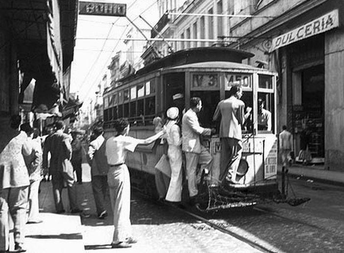1945 год, переполненный трамвай в Гаване