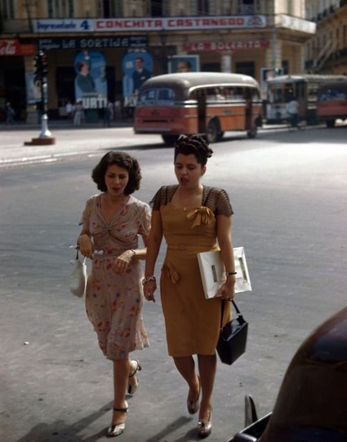 Начало 50х, Куба, Гавана, две женщины идут по улице