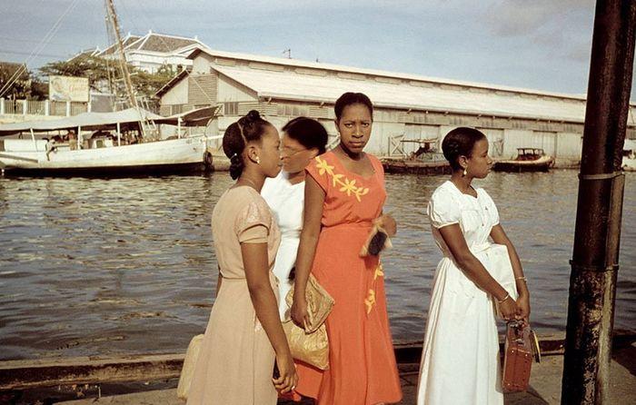 Кубинские женщины в порту, 1954 год