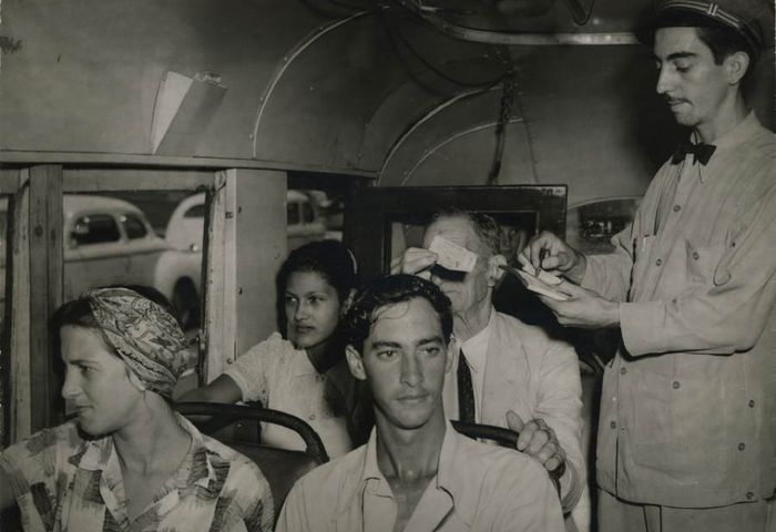 1954 год, Гавана, кондуктор проверяет билеты в автобусе