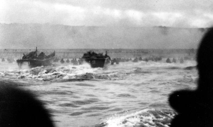 Американские десантные катера высаживают бойцов на пляже в Нормандии