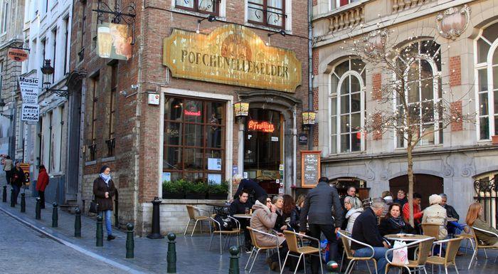 Старинный пивной бар Poechenellekelder в Бельгии