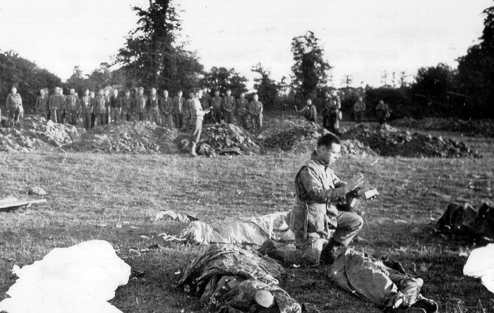 Капеллан проводит богослужение у тел павших американских десантников в Нормандии