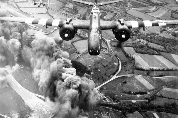 Американские бомбардировщики Douglas A-20 сбрасывают бомбы на немецкие позиции в Нормандии