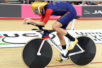 Брэдли Уиггинс устанавливает часовой рекорд езды на велосипеде