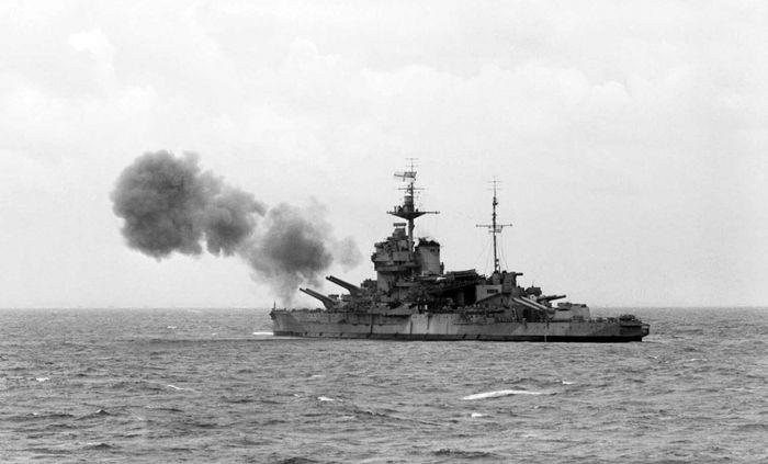 Британский линкор Уорспайт поддерживает огнем морской десант на побережье Нормандии
