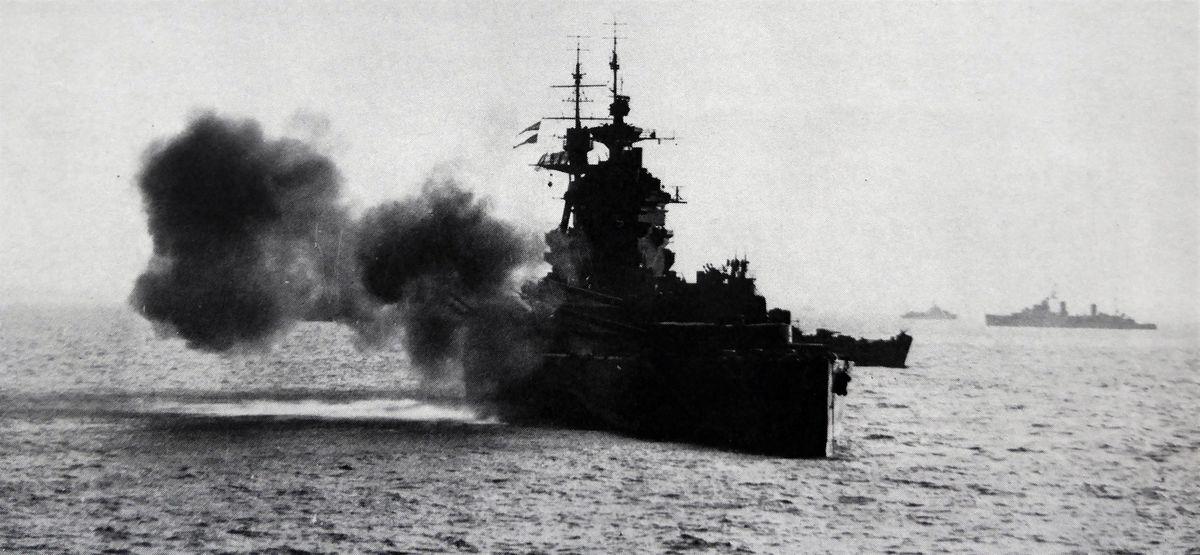 Британский линкор HMS Rodney ведет огонь по немецким позициям в Нормандии