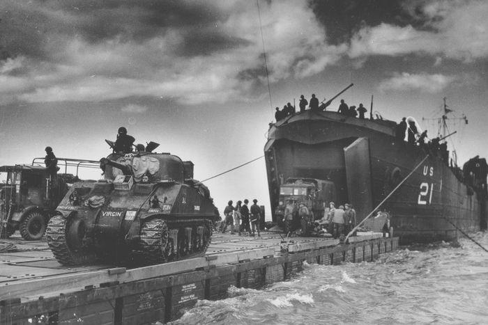 Британский танк М4 Шерман на барже перед высадкой на нормандский пляж