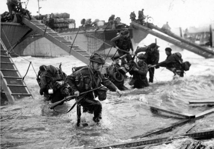 Британские коммандос 4-й бригады высаживаются на берег в Нормандии