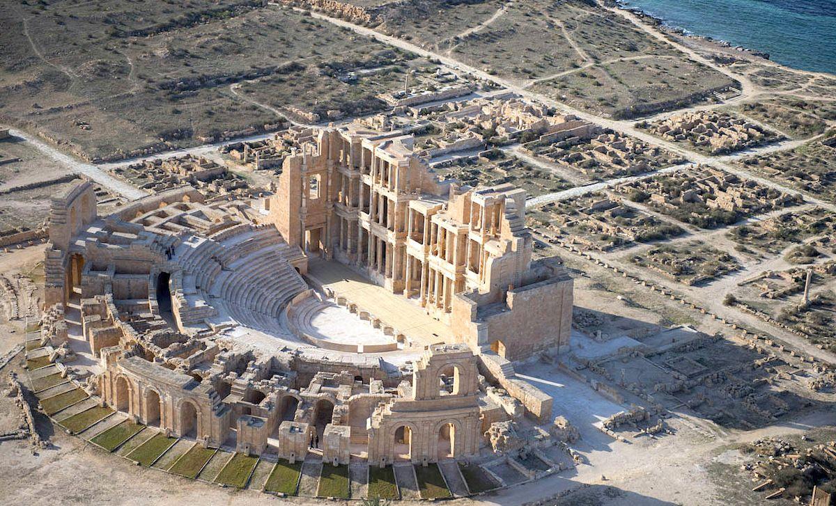 Руины древнего римского театра в Сабрате на берегу Средиземного моря, Ливия