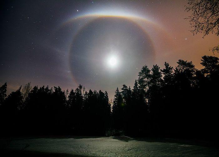 Лунное гало в ночном небе