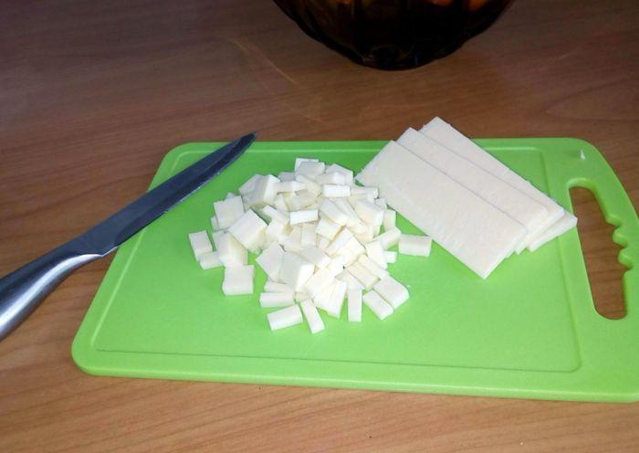 Измельчаем сыр, может порезать, а можно потереть на терке