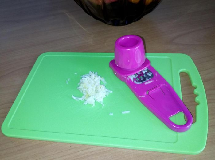 Измельчаем чеснок для салата