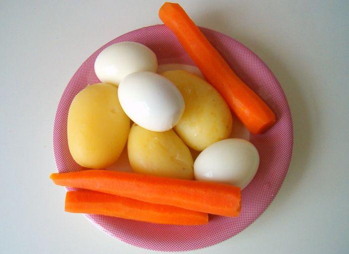 Варим овощи (картошку и морковь) и яйца
