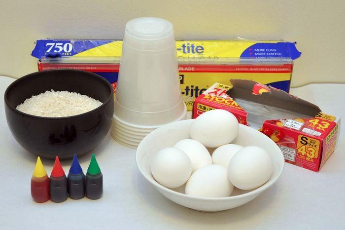 Как покрасить пасхальные яйца в крапинку рисом