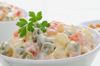 Классический рецепт Оливье с колбасой, горошком и огурцами