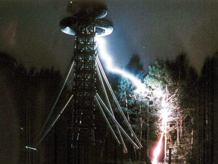 Ультравысоковольтный испытательный стенд генерирует молнии