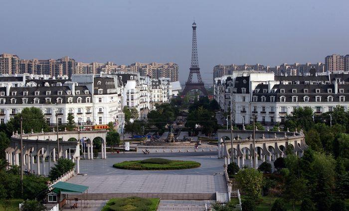 Китайский клон парижского квартала с Эйфелевой башней и Версалем в городе Тяньдучен