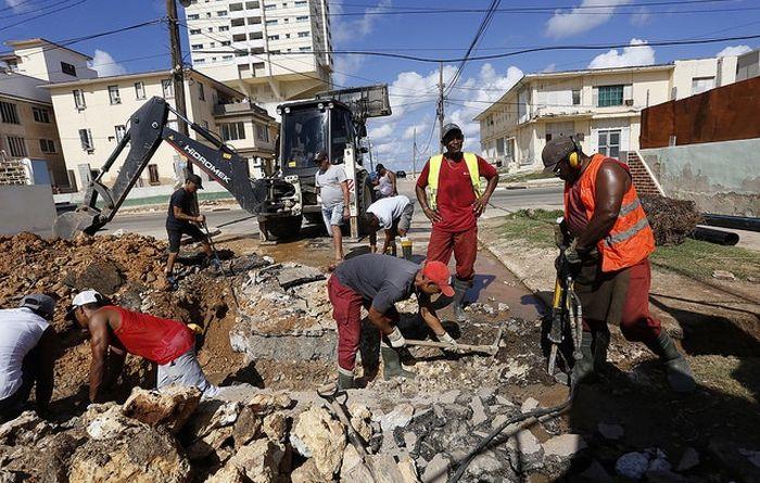 Кубинские коммунальщики меняют канализацию