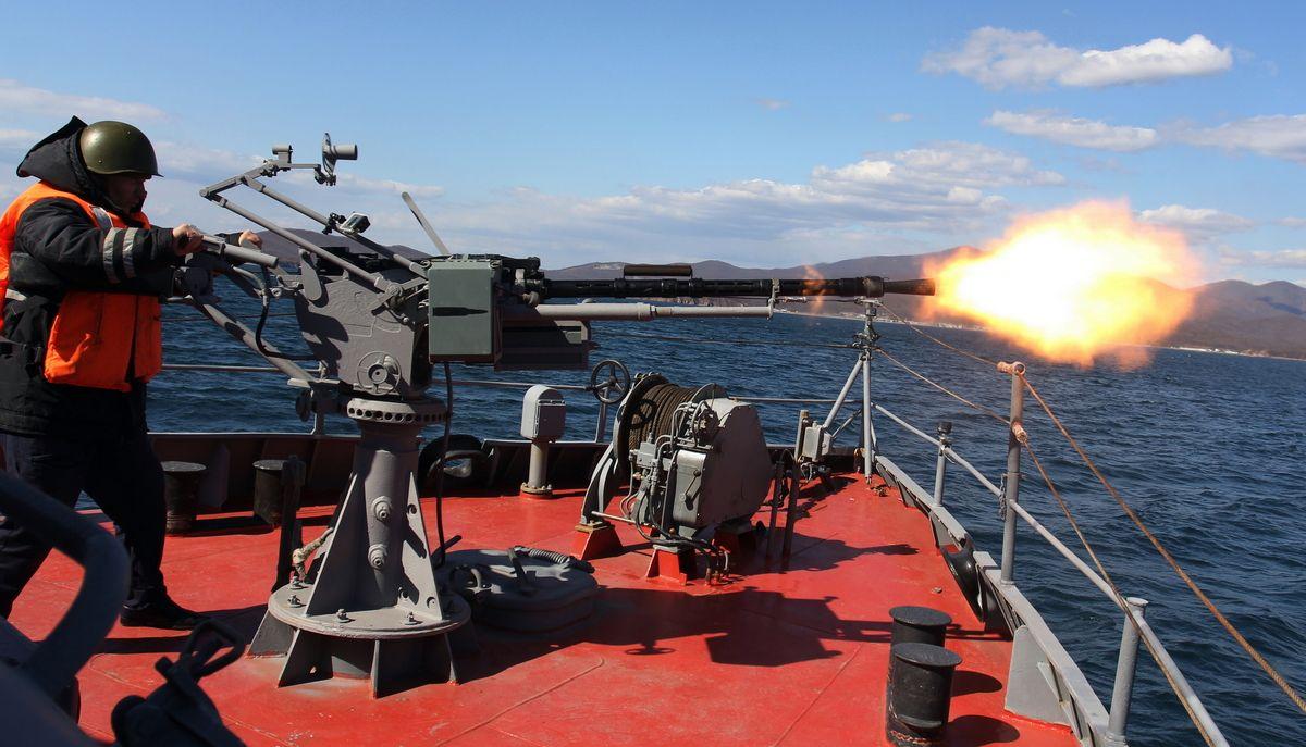 14,5-мм МТПУ морская тумбовая пулемётная установка ведет огонь