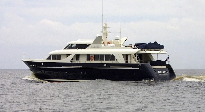 Моторная яхта Паллада на Ладожском озере