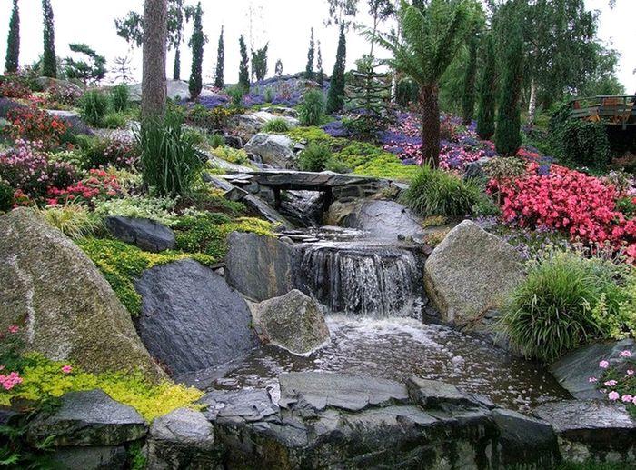 Ручей среди камней в саду Flor og fjære