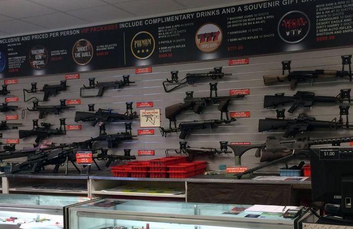 Витрины оружейного магазина в Лас-Вегасе