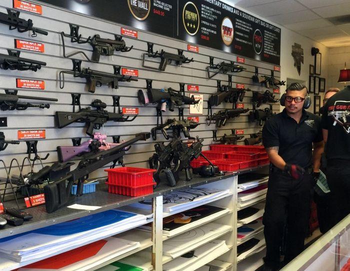 Продавцы оружейного магазина в США