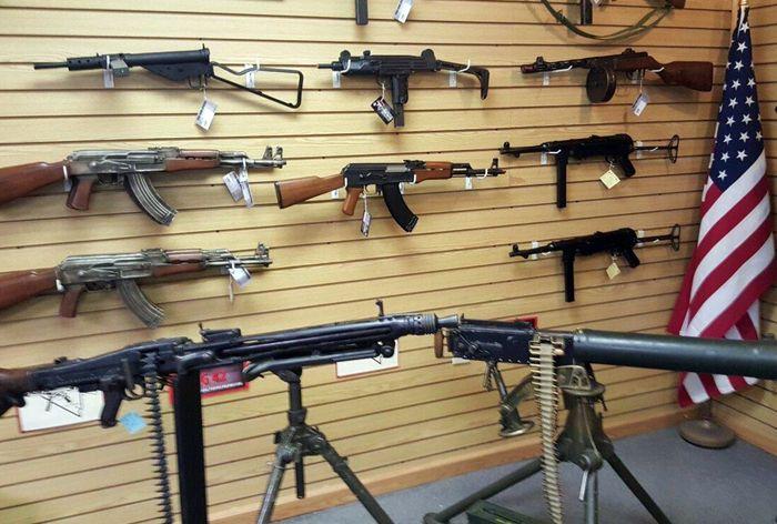 В магазине The Gun Store представлены и АКМ, и ППШ, и даже УЗИ