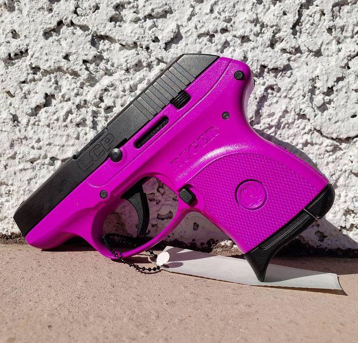 Малогабаритный пистолет для женщин в розовом корпусе