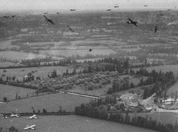 Планеры CG-4A и самолеты С-47 в небе Франции