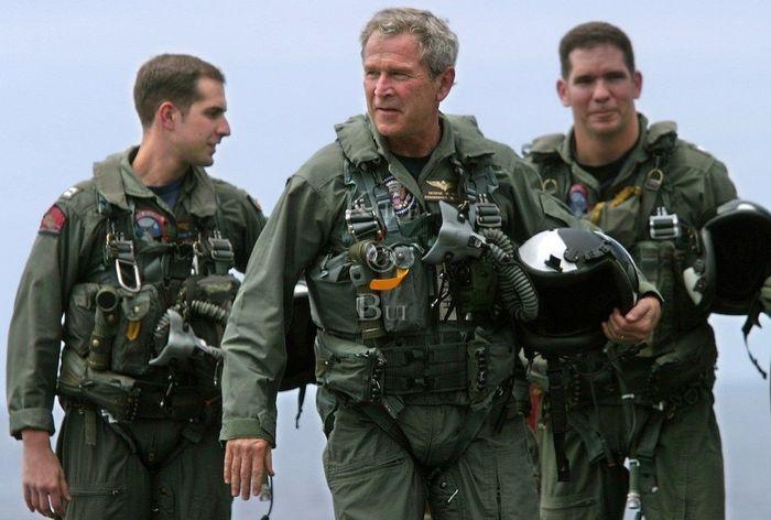 Президент США Джордж Буш в военной форме пилота