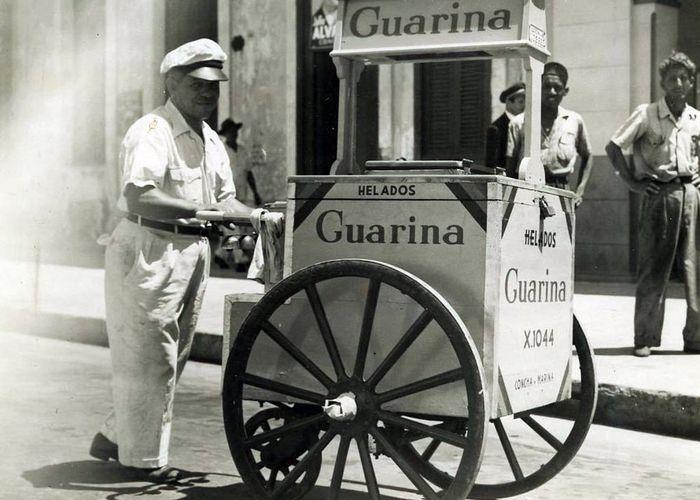 Куба, конец 40х, продавец мороженого на улице Гаваны