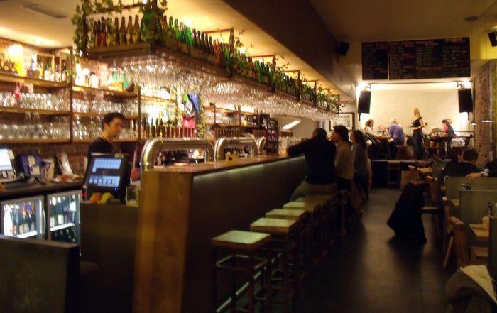 Известный брюссельский паб Moeder Lambic Original чтобы попробовать лучшего пива в Бельгии