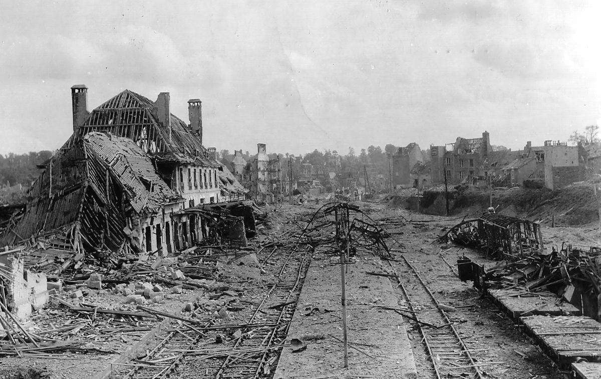 Разрушенная железнодорожная станция во французском городе Сен-Ло