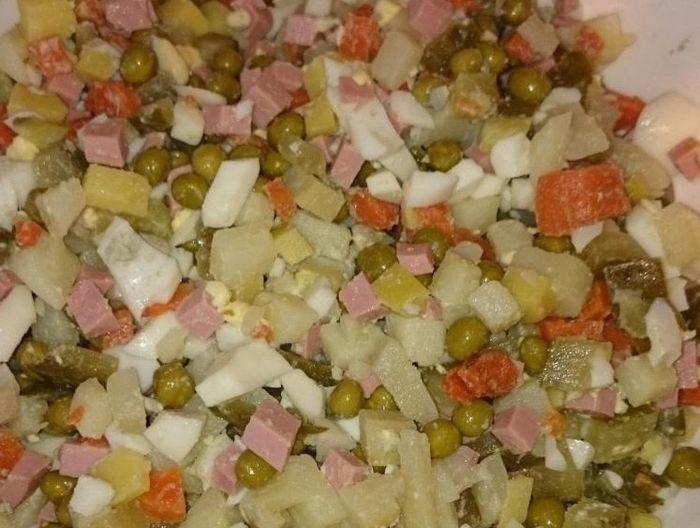 Смешиваем в кастрюле (или другой подходящей по объему посуде) порезанные ингредиенты