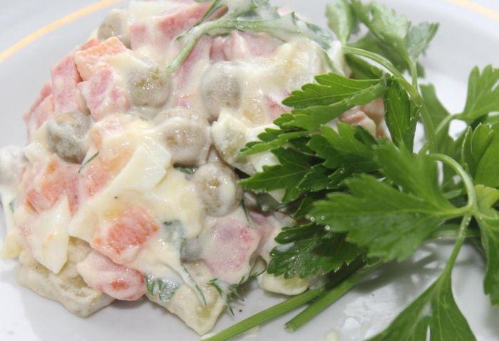Готовый оливье по классическому рецепту с колбасой