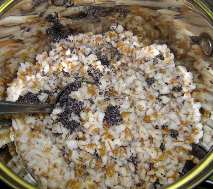 Высыпаем промятый мак к пшенице
