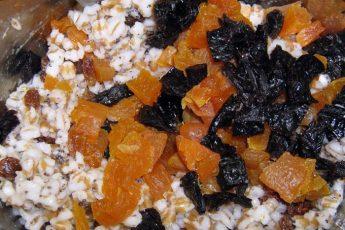Высыпаем в кастрюлю с пшеницей измельченные курагу и чернослив