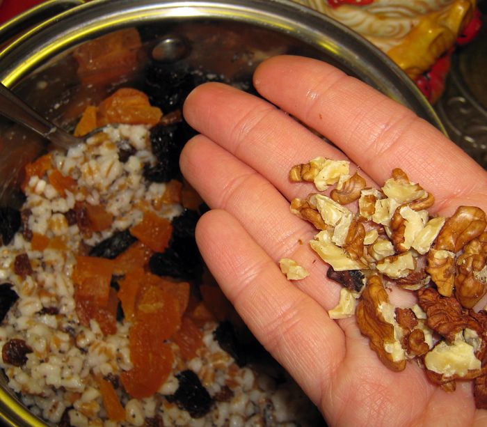 Добавляем грецкие орехи и перемешиваем