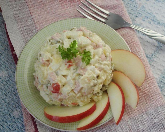 Рецепт Оливье с колбасой и яблоками
