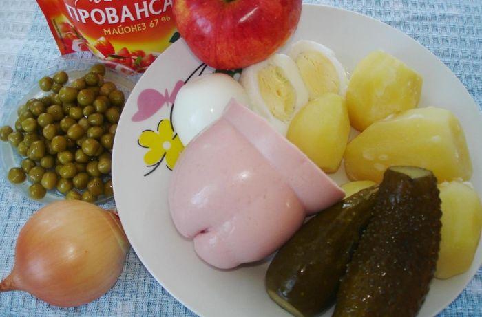Ингредиенты для оливье с колбасой и яблоками