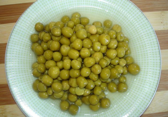 Добавляем в оливье зеленый горошек