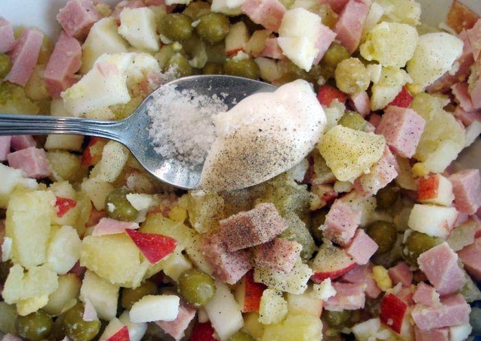 Заправляем оливье майонезом и солью