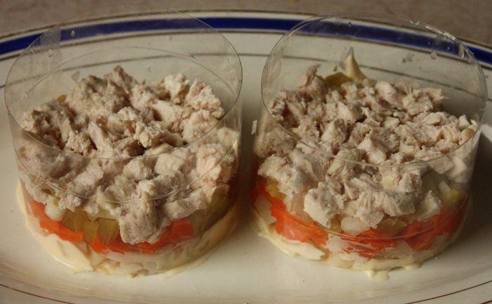 Выкладываем слои салата в формочки