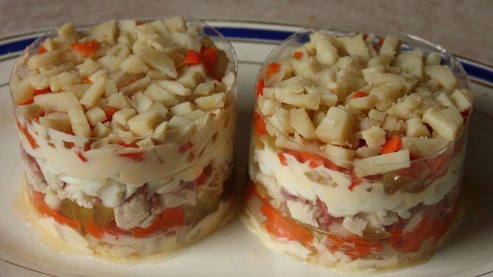 Верхний слой картошки и можно начинать украшать салат