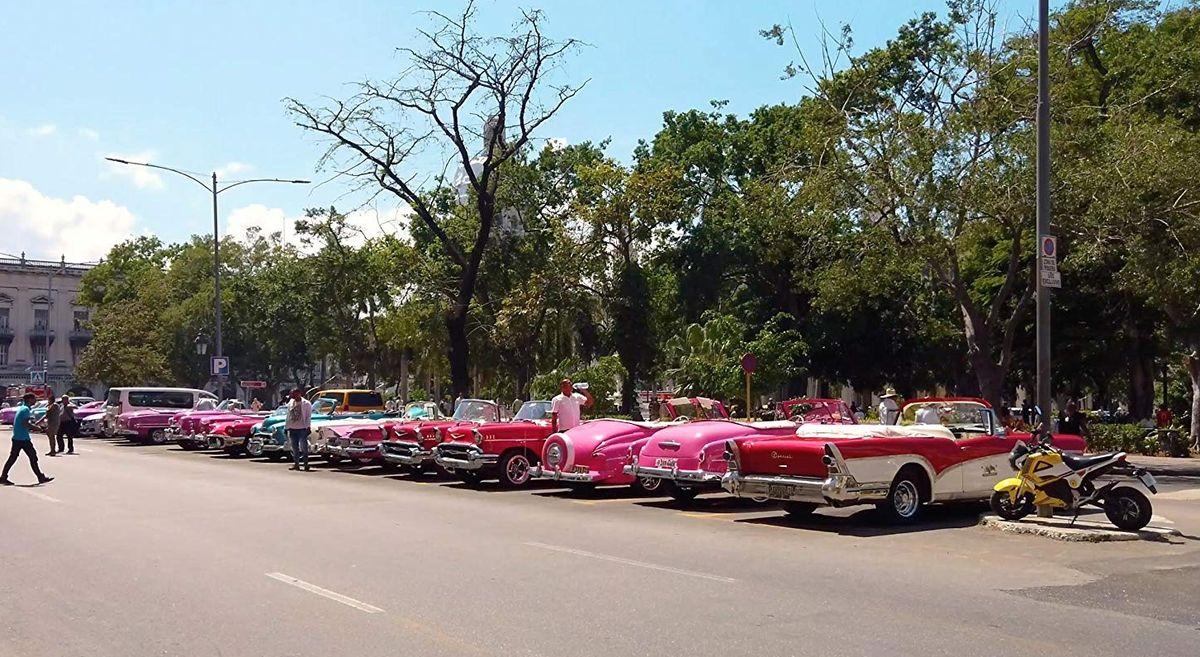 Розовые кубинские ретро-кабриолеты для туристов