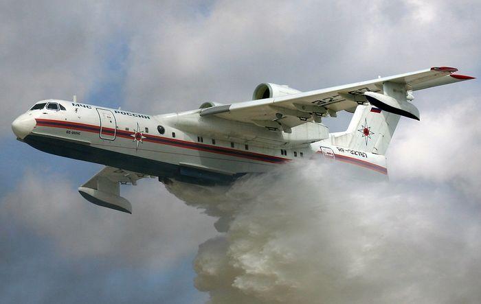 Тушение лесных пожаров в Сибири с самолета Бе-200