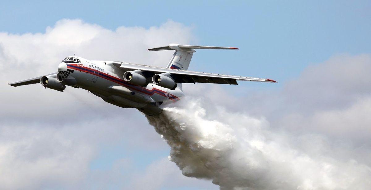 Сброс воды пожарным самолетом ИЛ-76