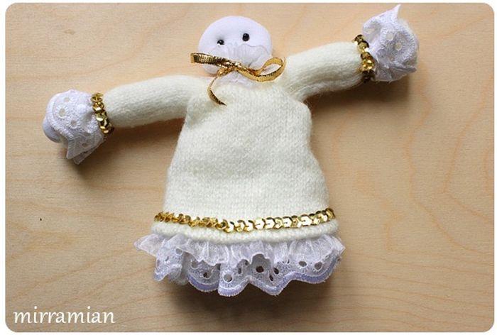 Украшаем манжеты и подол свитера куклы
